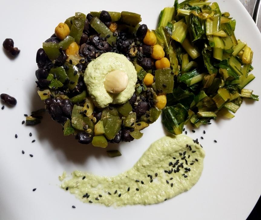 Punto, tratto e virgola: fagioli neri, ceci e verdurine saltate, cicoria piccante e basilicocremoso