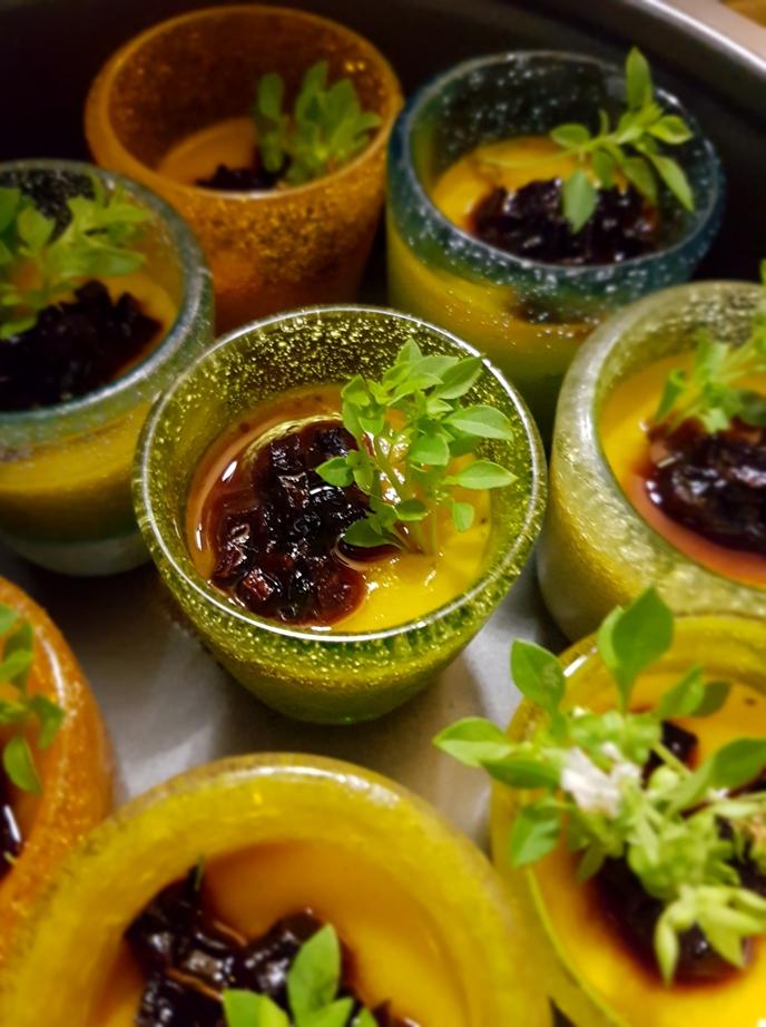 Bicchierini di gelée al succo di peperoni con caramelline di caroteviola