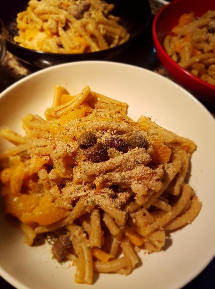 Caserecce integrali peperoni, olive e briciole digranetti