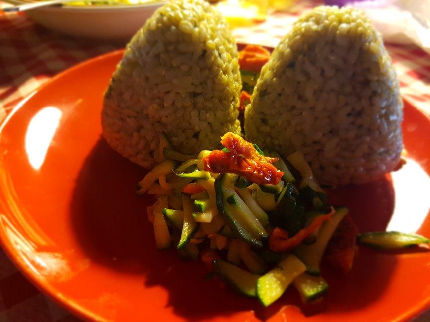 Onigiri: triangoli ciccioni giapponesi di riso (integrale) –videoricetta