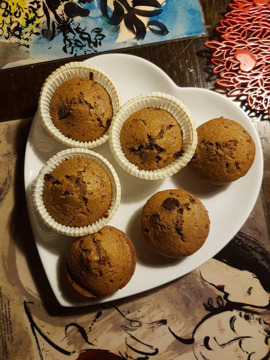 Muffin vegani con cubetti di cioccolato e scorzad'arancia