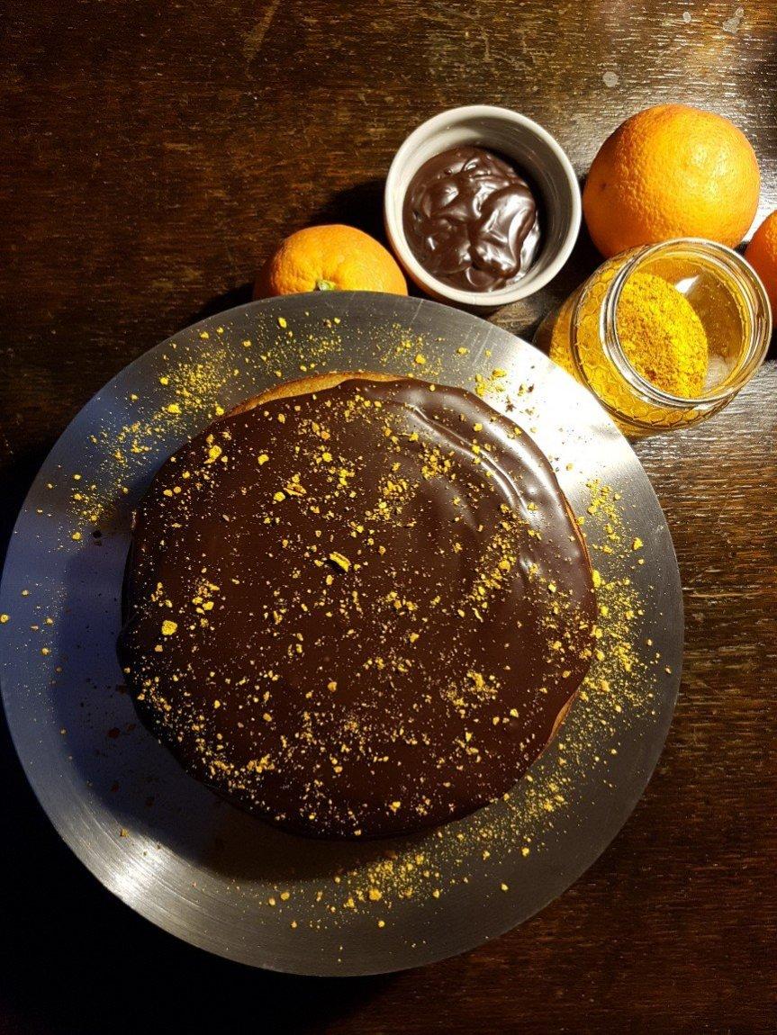 Torta vegana d'avena arancia, curcuma e cannella con frostingfondente