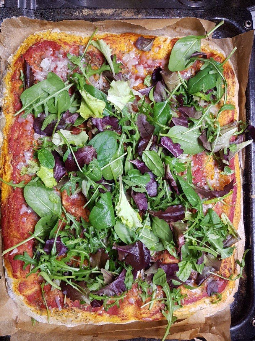 Pizza focaccia al prezzemolo con verdurine diprimavera
