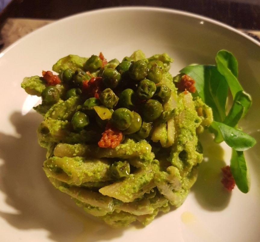 Pasta al pesto di piselli e argjelut (valeriana per i nonfurlanofoni)